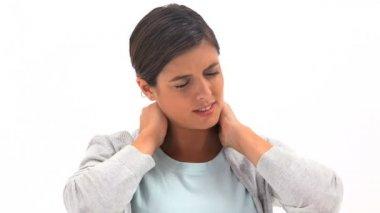 Mujer morena sosteniendo su cuello doloroso — Vídeo de Stock