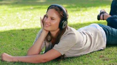 Woman lying on grass — Stock Video
