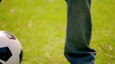 微笑む少年サッカー ボールで遊ぶ — ストックビデオ