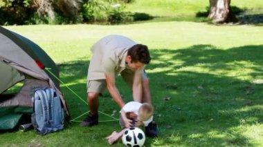 Ojciec i syn, grając z piłki nożnej — Wideo stockowe