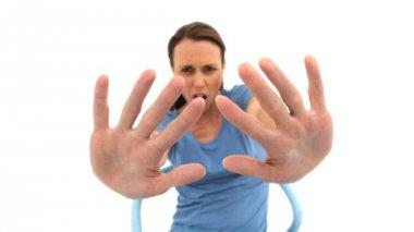Upprörd kvinna visar stoppskylten — Stockvideo