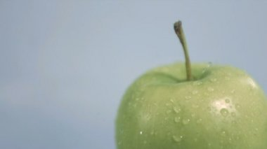 Downpour falling in super slow motion on an apple — Stock Video