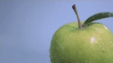 Downpour in super slow motion falling on an apple — Stock Video