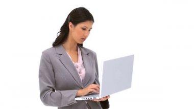 Tajemník pracuje na svém laptopu — Stock video