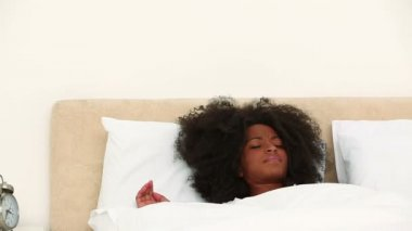 Black woman rubbing her eyes when she wakes up — Stock Video