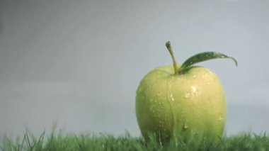 Raindrops in super slow motion falling on an apple — Stock Video