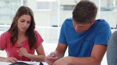 Sério amigos sentados à mesa, enquanto estudava — Vídeo stock