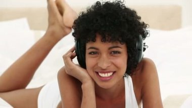 Young black haired woman listening to music — Stock Video