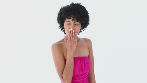 Femme en rose souffle un baiser — Vidéo