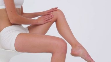 Peaceful woman massaging her thigh — Stock Video