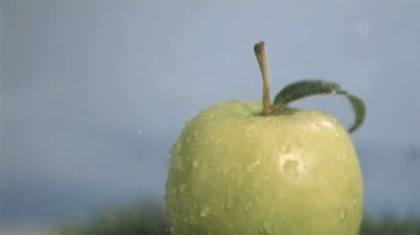 Apple in super slow motion receiving raindrops — Stock Video