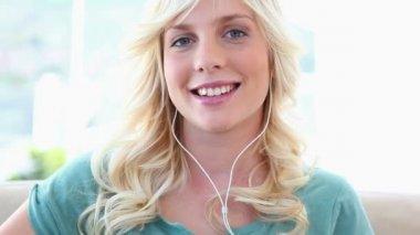 Młoda blond kobieta słuchanie muzyki — Wideo stockowe