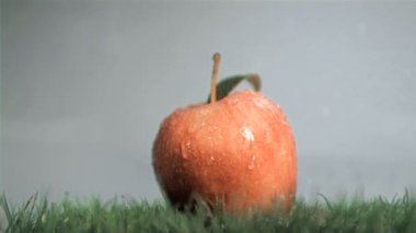 Red apple in super slow motion getting wet — Stockvideo