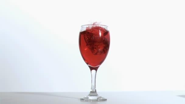 Cubo de hielo en super cámara lenta en un vaso — Vídeo de stock