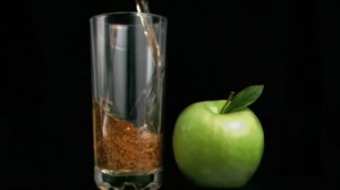 Fresh apple juice flowing in super slow motion — Stock Video