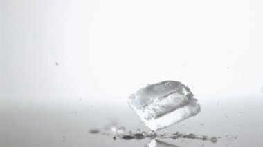 Ice cube in super slow motion landing — Stock Video