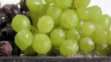 Many grapes in super slow motion being soaked — Stock Video