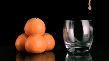 Fresh mandarin juice filling in super slow motion a glass — Stock Video