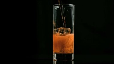 Amber fizzy drink poured in super slow motion — Stock Video