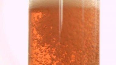 Süper ağır çekim köpük amber gazlı içecek — Stok video