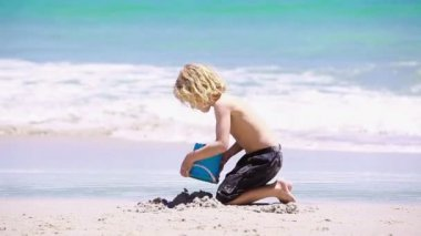 Blond kid playing on the beach — Stock Video