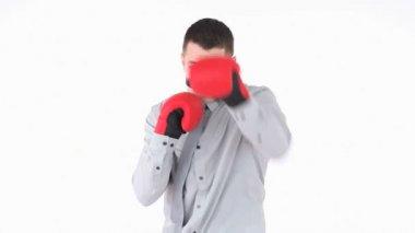 Uomo d'affari boxe con guanti rossi — Video Stock
