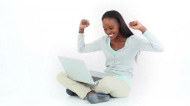 Donna celebrando mentre guardando un computer — Video Stock