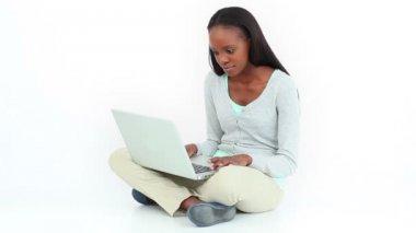 Woman cross-legged using a laptop — Stock Video