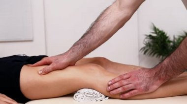 Physiotherapist massaging the thigh on a table — Stock Video
