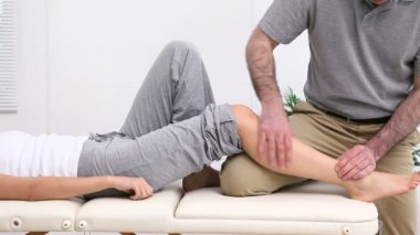 Physiotherapist massaging the shin bone of a patient — Stock Video