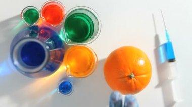 Chimico immissione di un liquido blu in un'arancia — Video Stock