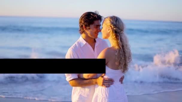 Feliz pareja besándose en la playa — Vídeo de stock