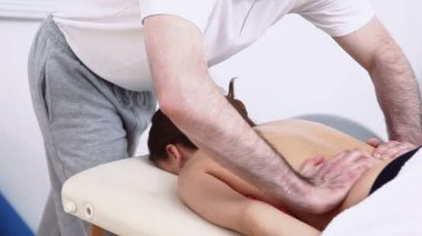 Man massaging the back of a woman — Stock Video
