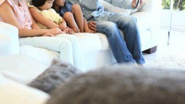 Rodina sedí na pohovce při pohledu na fotoaparát — Stock video