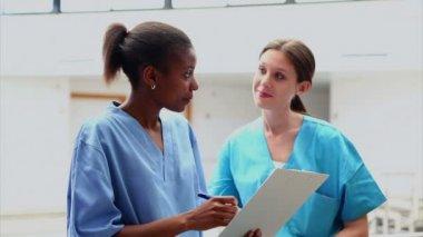 Enfermeras mirando una carta médica — Vídeo de stock