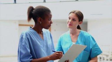 Krankenschwestern, die einem medizinischen diagramm betrachten — Stockvideo