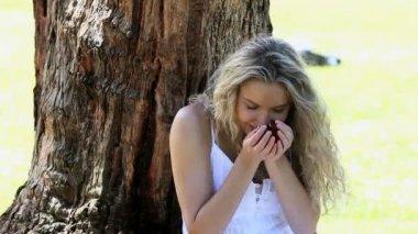 Mujer que huele y lanzando pétalos de rosa — Vídeo de Stock