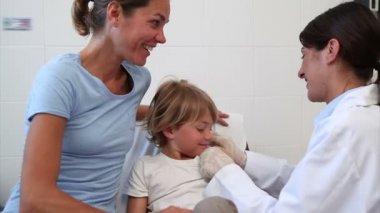 Medico serio dando bambino un'iniezione — Video Stock