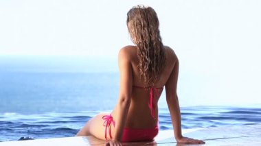 женщина, сидящая с ноги в воде — Стоковое видео