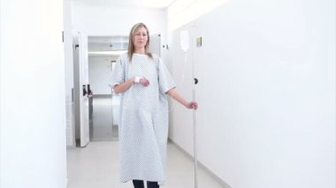 Patient walking in the corridor with an intravenous drip — Stock Video