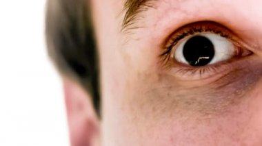 Hombre con símbolo yen en su ojo en cámara lenta — Vídeo de stock