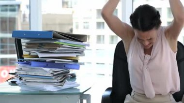 Irritated business woman in office — Stock Video