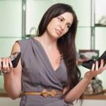 Frau wählen Schuhe — Stockfoto