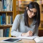 žena studium v knihovně — Stock fotografie