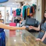 mujer está pagando en el mostrador — Foto de Stock