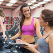 Women smiling in gym — ストック写真