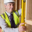 Man measuring wooden frame — Stockfoto