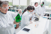 Kemister arbetar i ett laboratorium — Stockfoto