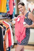 Vrouw die lacht en bedrijf shirt — Stockfoto