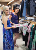 Woman and friend shopping — Stock Photo